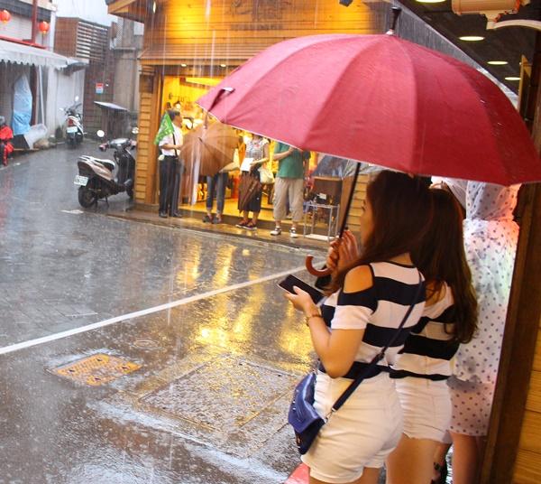 美女たちと雨