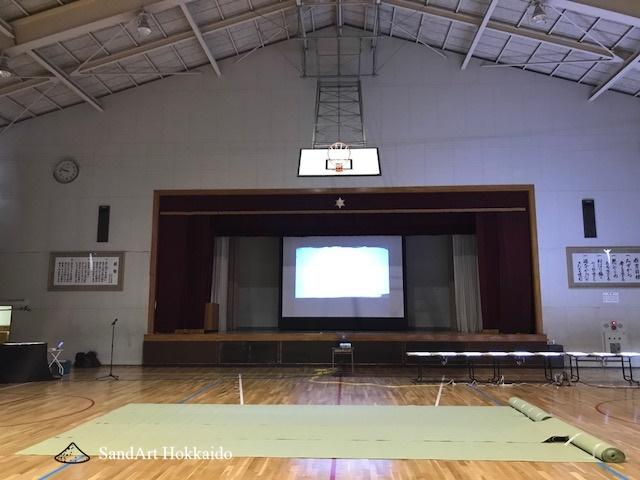 サンドアート石狩。市立紅南小学校の公演終了